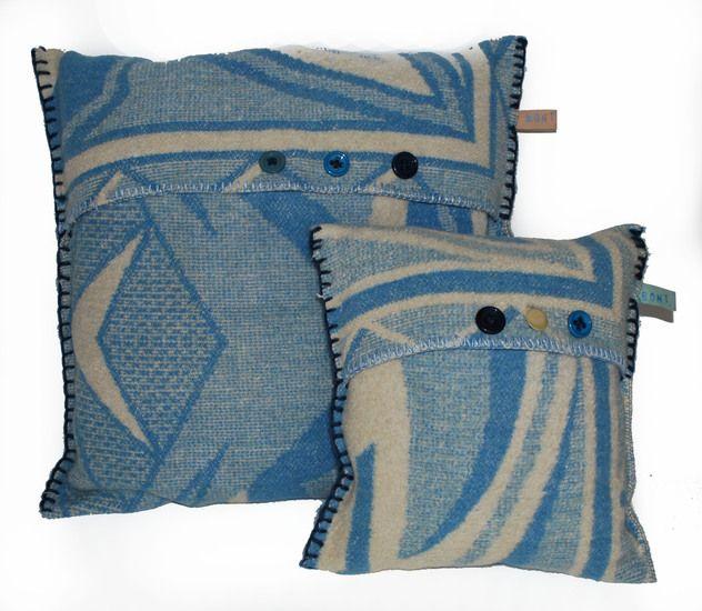 Kussens gemaakt van oude wollen dekens, via naaldenatelier.nl