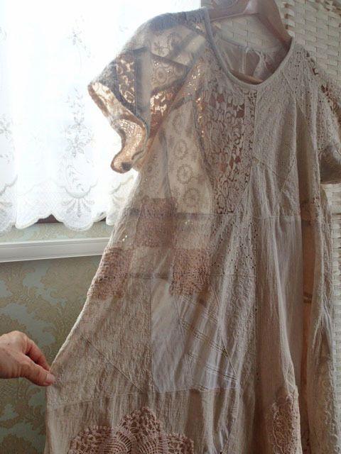 紅茶染 手編みレースをあしらったロマンチックなワンピース
