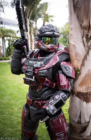 Awesome Halo Cosplay, must have taken a lot of time and probably a decent amount of money to do this.