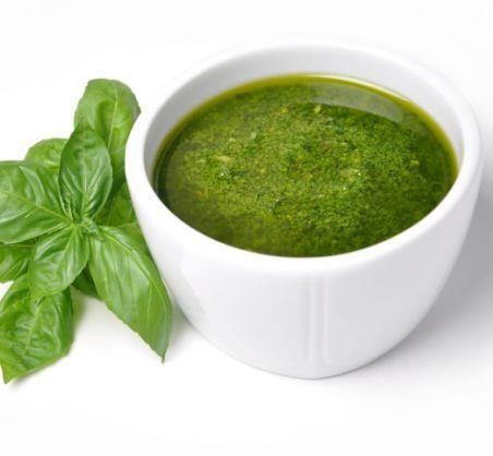 Cómo hacer aceite de albahaca. El aceite de albahaca tiene múltiples usos en la cocina, puedes utilizarlo para aliñar tus ensaladas, preparar una salsa pesto, condimentar la pasta, la carne o el pescado. Puedes comprarlo ya hecho o...