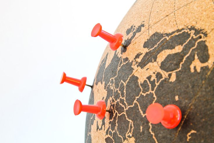 Ça fait des années que je rêve d'un globe sur lequel on puisse mettre des punaises sur tous les endroits qu'on a visité. Seulement voilà, les globes sont toujours en plastique, et mettre des punaises dans du plastique, c'est pas franchement l'idéal…     Mais comme tout vient à point à qui sait attendre, mon vœu se voit enfin exaucé, je vous présente le globe en liège, conçu spécialement pour pouvoir punaiser les endroits qu'on a visités !