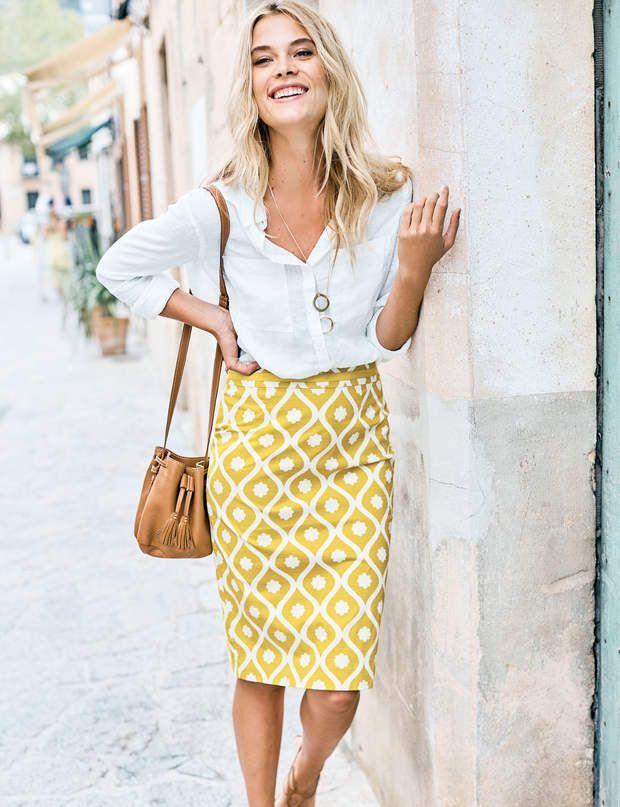 Tenue de bureau : jupe crayon Jupe crayon jaune à motifs, 85,00 € et chemise en lin blanche, 75,00 €, Boden.