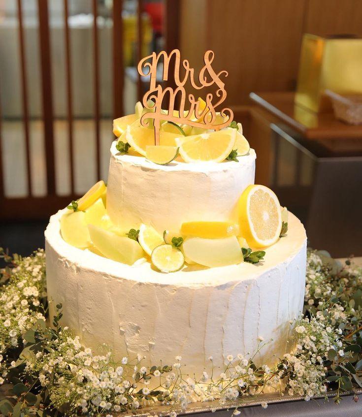 「Wedding cake ケーキは柑橘系のフルーツを乗せて mr&mrsの木製ケーキトッパー 周りはかすみ草を ファーストバイトをやってその後サプライズでお母さんへラストバイトをしました…」