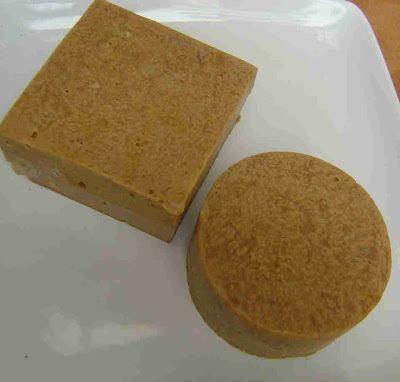 Sabão caseiro feito a frio  2 litros de água (ou infusão fria de hortelã, erva-doce, camomila) 1 quilo de soda cáustica (vai encontrar em al...