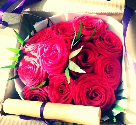 Buchet de 11 trandafiri rosii in cutie / 11 red vibrant roses bouquet in our box