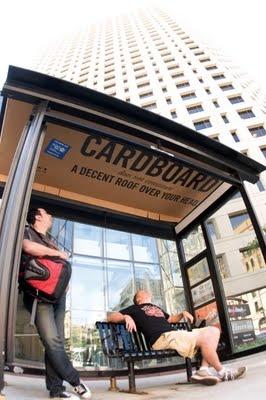 """United Way, cubrió varias paradas de autobús con cartones en los que se podía leer """"El cartón no constituye un techo decente sobre tu cabeza"""". Se trata de una forma de buscar la solidaridad con los sin techo experimentando lo que es vivir entre cartones y cómo se sienten."""