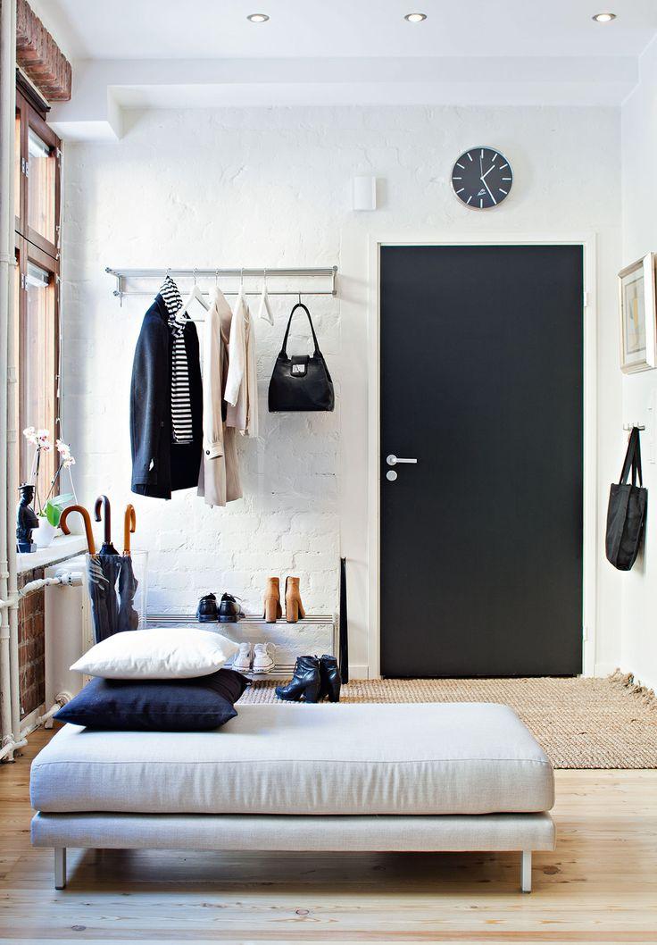 Selkeä sisäänkäynti on houkutteleva. Sohvaan kuuluva rahi rajaa eteistilan olohuoneesta.
