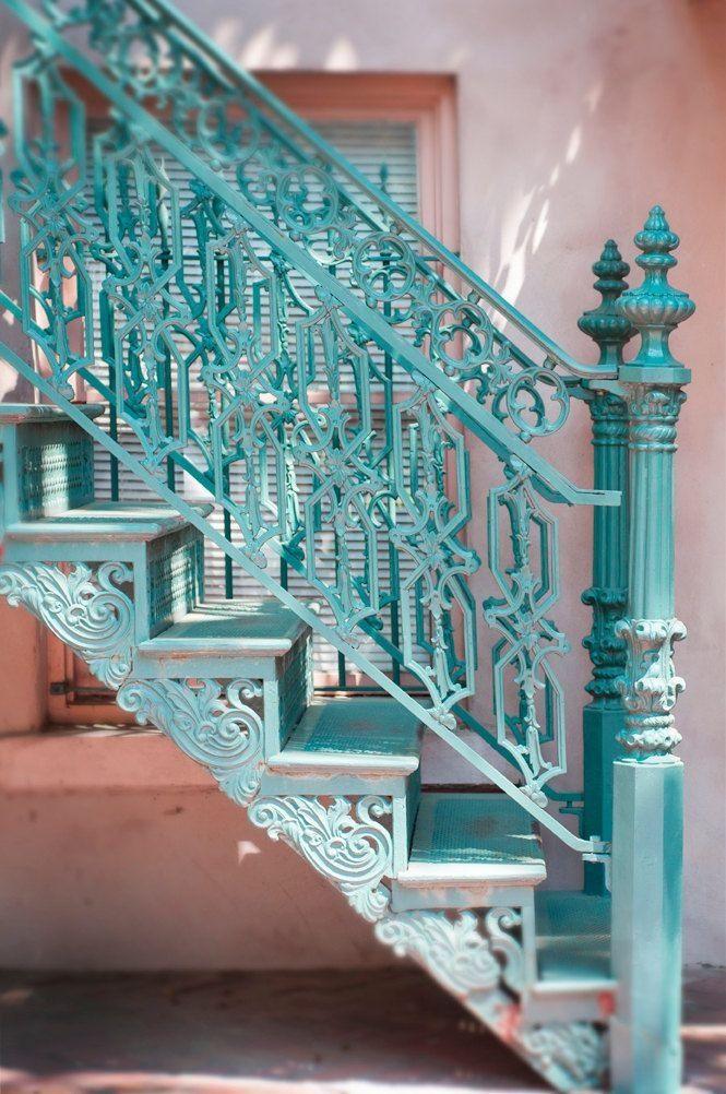 romantische Eisentreppe in Türkis