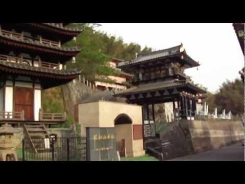 SAWAYAMA Castle有名な佐和山遊園ー個人で建てられた石田三成・佐和山城  The castle was built by the famous private museum  地図上では佐和山美術館。無料で入れます。JR彦根駅を米原駅方向に進み、米原駅方向の右手に目立つ建物があるので  見に行きました。それが佐和山遊園。別館として石田三成の佐和山城があります。  ウィキペデイアによると1976年から建築ですから  35年経っているわけですよね。他の方のブログと違うのは  石田三成の絵年表部分は絵がなくなっています。    近所の方に、山田が聞くと、この遊園の持ち主の方は遊園  の下に大きな建物があり、そこにお住まいとの事。  まだ2棟ほど建築中ではあります。    ヤフー地図には佐和山美術館とあり...