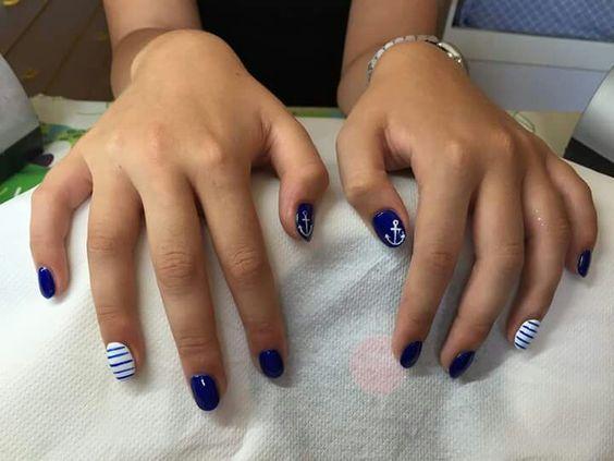 Vestito a righe bianco e blu nails