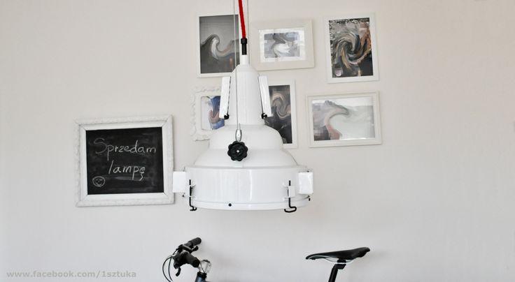 Lampa znaleziona w Archikatedrze Warszawskiej. Była w stanie opłakanym ale została poddana gruntownej a co za tym idzie czasochłonnej renowacji. Efekt przeszedł nasze najśmielsze oczekiwania. Więcej o lampie na www.facebook.com/1sztuka  Lampa jest na sprzedaż
