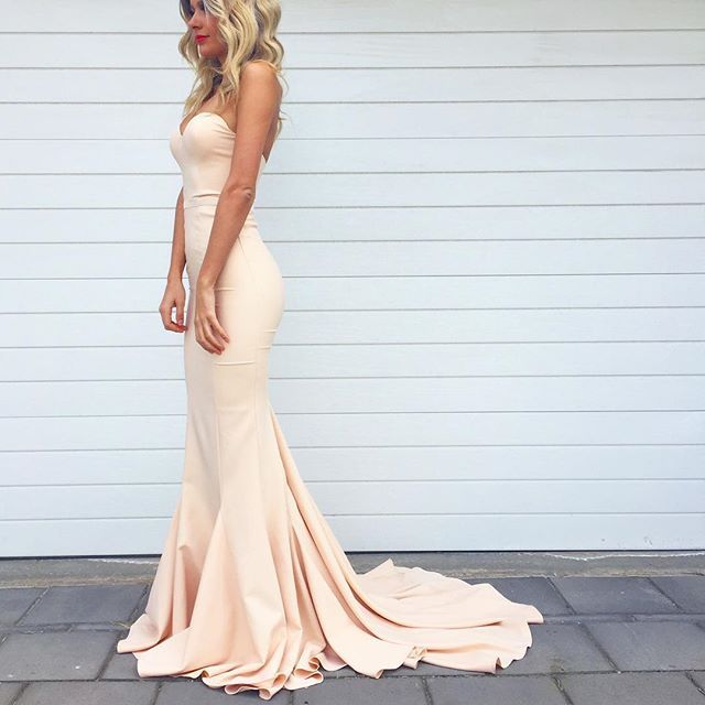 We are open from 10-5pm today! This gorgeous Elle Zeitoune Arianna Gown in Nude is $99 to hire ️xx