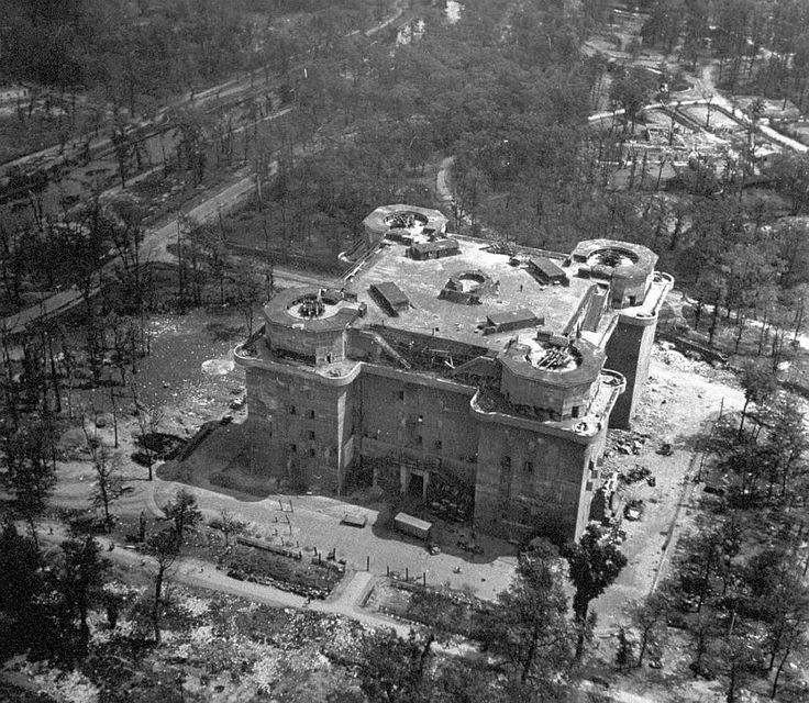 Berlin   1933-45+. Nach der Schlacht von Berlin, 1945. Flakturm Tiergarten mit zwei 12,8 cm Zwillingsflak 44, 1945.