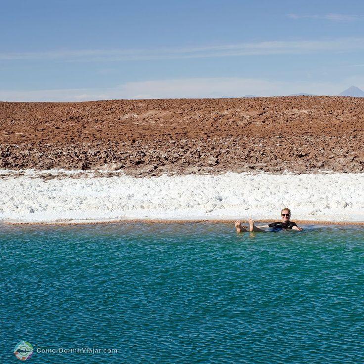 Quando você for fazer o tour #LagunasEscondidas #DesertoDoAtacama #Chile não esqueça de levar roupa de banho esta será uma das raras oportunidades da vida para boiar nas águas mais salgadas do mundo. Segundo nosso guia estas lagoas tem 30% mais sal do que o mar e 17% mais sal do que o Mar Morto no Oriente Médio é impossível afundar nestas águas geladas.  O banho é permitido na primeira e na última lagoa e entrar na água é uma tarefa difícil devido às bordas que possuem uma crosta de sal…