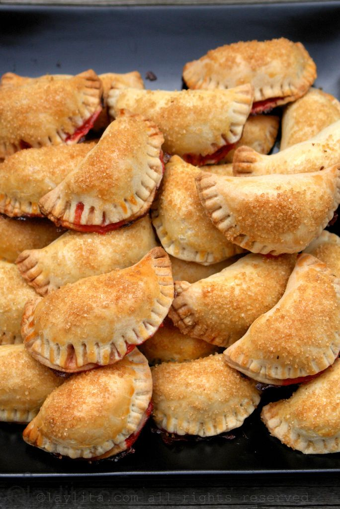 Empanadas dulces con relleno de fresa