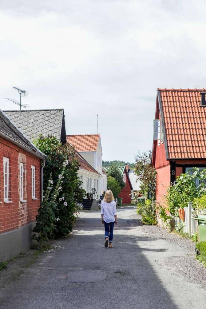 anna fredriksson går igenom byn i Kivik