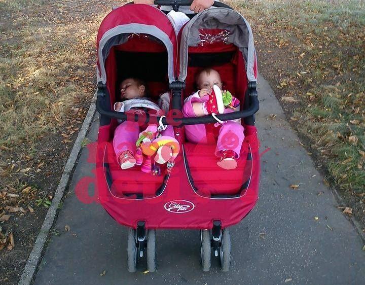 Športový kočík pre dvojičky - ľahký, skladný - pohodlná a hladká jazda pre Vaše deti, s možnosťou použiť aj od narodenia, po dokúpení 1 alebo 2 vaničiek, s možnosťou nasadenia 1 autosedačky.