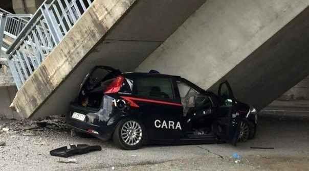 Fossano: è il terzo ponte che crolla in sei mesi Una rampa di collegamento della tangenziale di Fossano, nel Cuneese, è crollata schiacciando un'auto dei carabinieri. Per fortuna i militari, che stavano effettuando un posto di blocco, sono riusciti #crolloponte