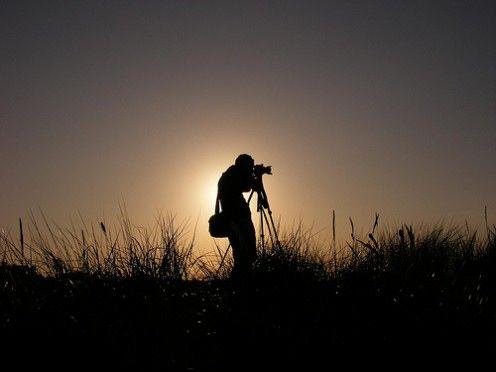 Ważniejszy jest sprzęt czy koncentracja na dobrych kadrach? Po co rozmawiać z innymi nieznajomymi fotografami? Czy warto obrabiać zdjęcia? Początkujący fotograf ma na pewno mnóstwo pytań i jest ciekawy wielu kwestii. Oto 8 podstawowych rad dla każdego miłośnika fotografii, który dopiero zaczyna swoją przygodę z aparatem.