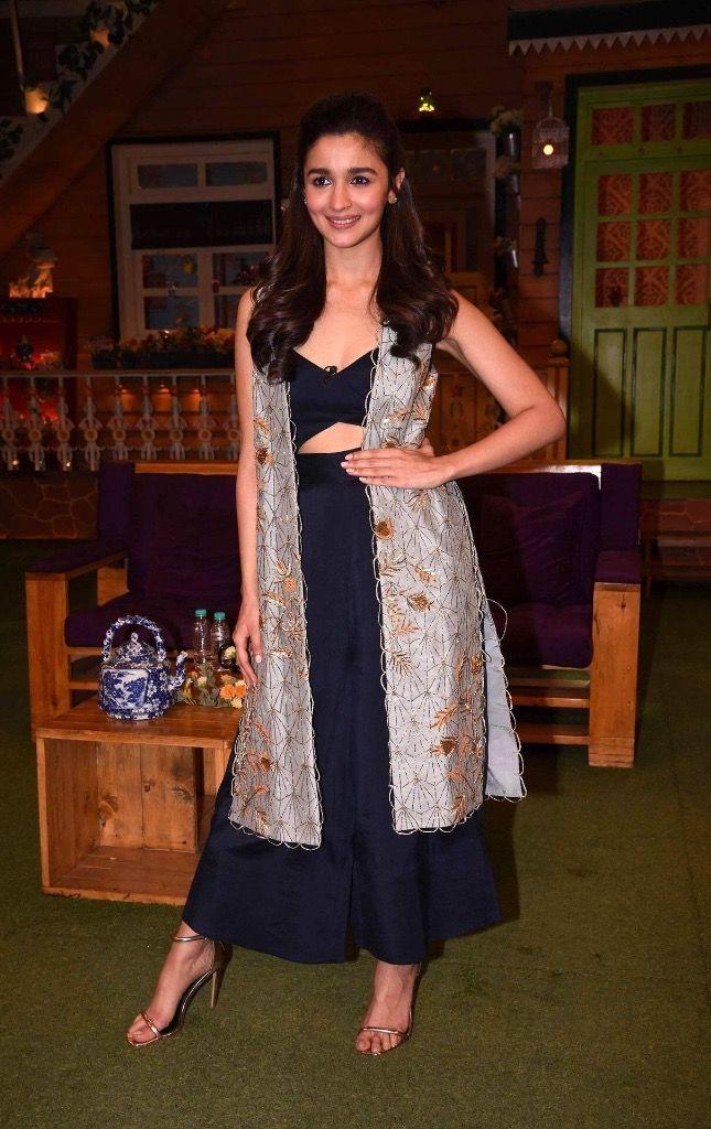 "Alia Bhatt Looks Super Sexy At Film ""Badrinath Ki Dulhania"" Promotion On The Sets Of Kapil Sharma Show."