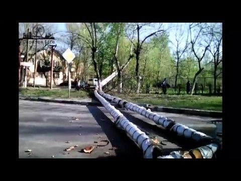 Сегодня утром на улице Брянской возле школы №16 упали на проезжую часть водопроводные трубы, вырвав с корнем опоры и деревья  Как сообщалось в публикации ранее, в теплотрассу-эстакаду врезался мусоровоз    #Саратов #СаратовLife