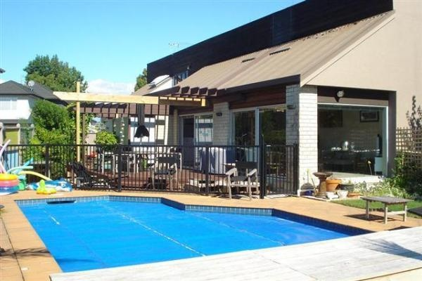 Auckland Holiday Home Rental - 2 Bedroom, 2.0 Bath, Sleeps 5