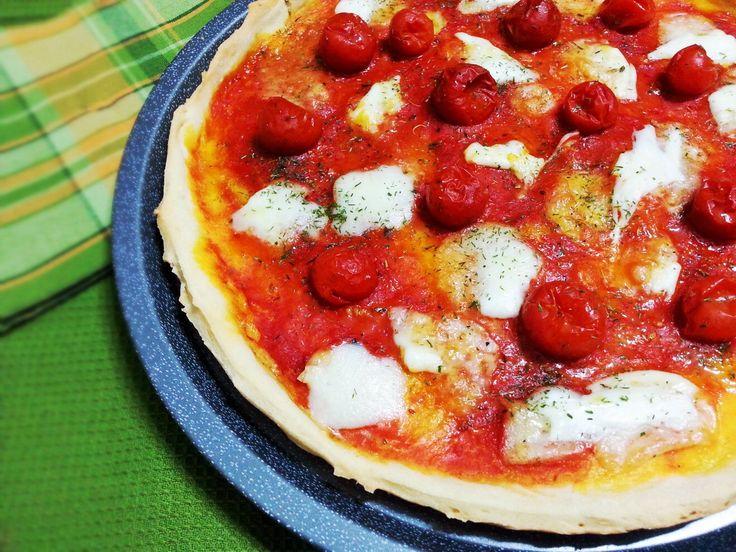 Pizza con pomodorini e mozzarella http://www.lovecooking.it/ricette-bimby/pizza-con-pomodorini-e-mozzarella/