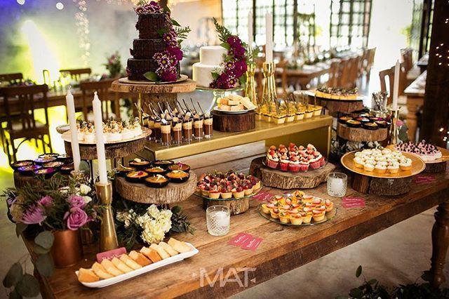 """""""Irresistible y siempre impecable mesa de postres y torta en tu boda 😋 📞 Llámanos 3014827997 y te ayudamos a encontrar el mejor plan para disfrutar de tu boda de principio a fin❣ Tenemos mas de 40 lugares en Medellín y mas de 400 opciones para celebrar tu boda!  Boda: N&J Boda por: Boda Planes Fotografía: @matfotografia  Lugar: @zonaellanogrande  Reposteria: @comopezenelagua_postres  Decoración: @cretaeventos . . #amaresunplan #noviosbodaplanes #hacemosparejasfelices #weddingplanner…"""