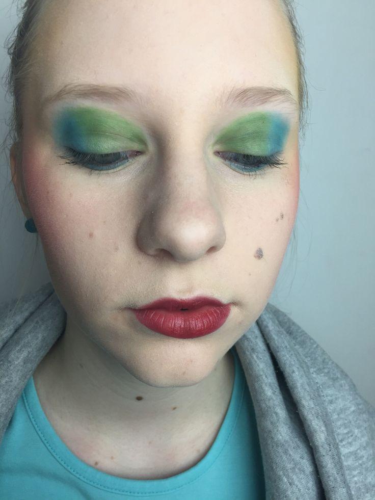"""Slutresultat: Jag blev nöjd med läpparna, jag tycker jag börjar få till det. Jag blev även nöjd med ögon makeupen och jag tycker att det blev ett bra resultat. Det jag skulle kunna göra  annorlunda är att lägga till mer färg så det blev mer """"colorful""""."""