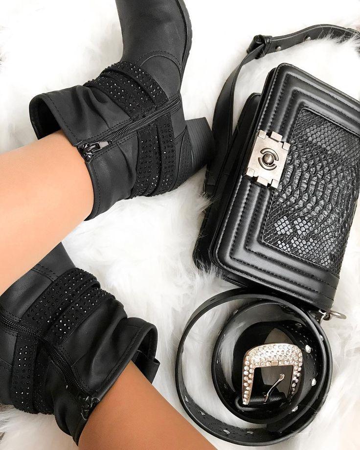 """21 mentions J'aime, 3 commentaires - Lena Gomes (@miss.lenagomes) sur Instagram: """"As minhas botas da loja Graceland e a minha mala da Zebra. #lovezebra #graceland #botas #malas…"""""""