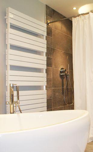 Salle de bain spacieuse avec baignoire ilot (Cosi de Jacuzzi) et douche italienne 90 x 120 - équipement barre de rideau de douche d'angle sur-mesure GalboBain et rideau de douche en lin blanc.