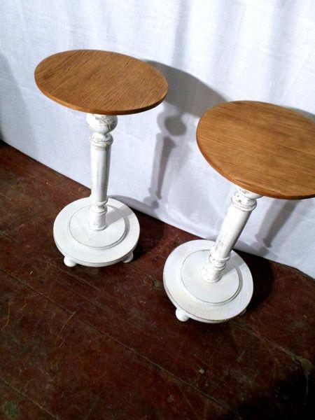 Mały stolik wykonany z drewna dębu. Blat jest olejowany, a noga i podstawa zabielana z charakterystycznymi przecierkami. Cena odnosi się tylko do jednego stolika.  Wymiary: Wysokość: 71,5...