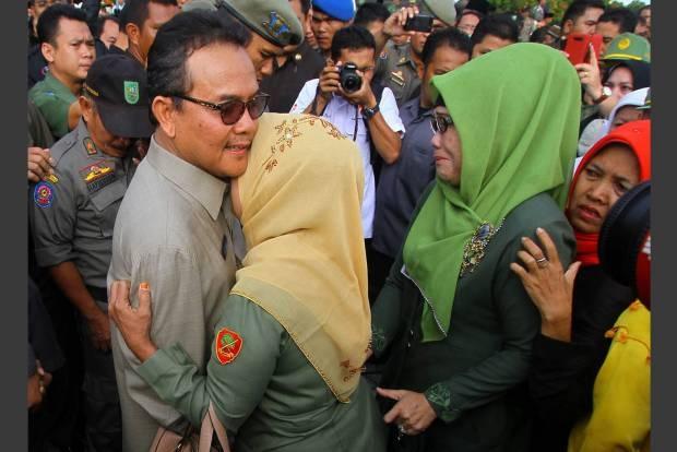 Peluk dan tangis buat tersangka korupsi Gubernur Riau Rusli Zainal.