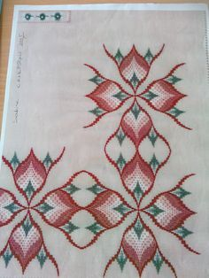 Výsledek obrázku pro rose au bargello avec bordure ouvrage
