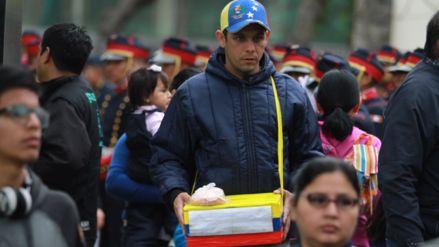 <p>Junto a los asistentes y los primeros batallones queparticiparán en la Gran Parada y Desfile Cívico Militar de este sábado, un grupo de venezolanos llegó por la madrugada a la avenida Brasil. Mientras vendían arepas, empanadas, dulces y sándwiches, entre otros productos, dijeron en RPP Noticias que están admirados por el nacionalismo de los peruanos.</p>