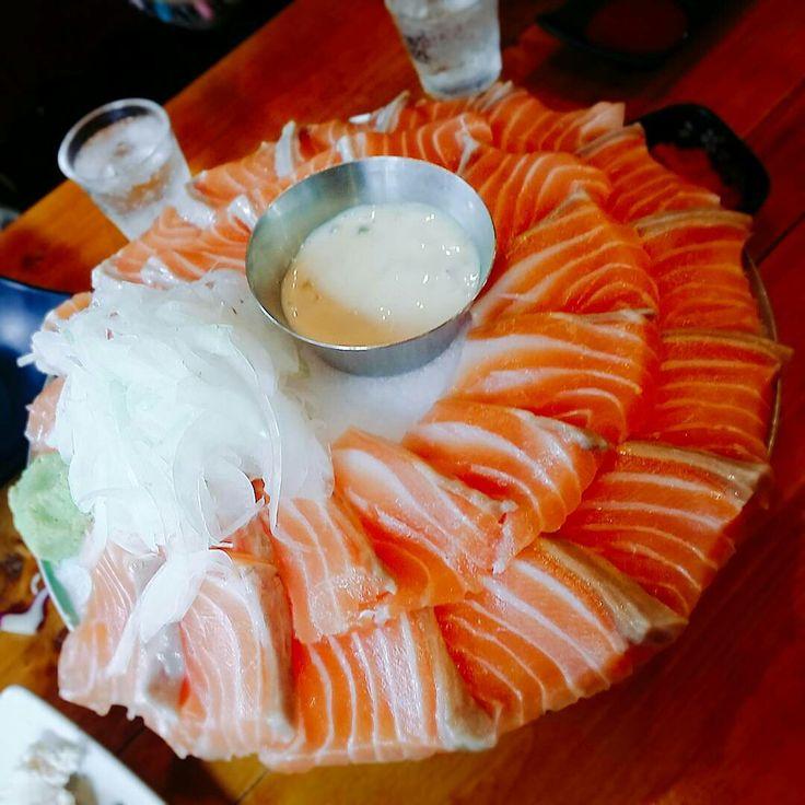 今韓国ではサーモン食べ放題のお店がとても人気があるんです😋 その中でもおすすめなのが 연어상회(ヨノサンフェ) というお店! 出典︰ 出典: このお店はサーモン食べ放題ブームの火付け役となったお店で 今どんどん支店も増やしている人気店なんです! 出典︰ 出典︰ 出典︰ 脂が乗ったサーモンはとっっても美味しそう💕 サーモンのソースは ・醤油+わさび・コチュジャンソース・タルタルソース の三種類があるので飽きずに食べられそうでふよね🎶 さらにここのサーモンはノルウェーから仕入れられた新鮮なものだそうですよ! そしてサーモンは美容にもいいので女子には嬉しいですね😍 サーモン食べ放題が付いたコースは二種類あります! 出典︰ サーモン刺身+イカ天ぷら+チーズサラダ+海鮮チヂミ がサラダ以外食べ放題で14900ウォン 出典︰ サーモン刺身+ユッケ+ユッケビビンバ+海鮮チヂミ が全部食べ放題で16900ウォン サーモンだけでなくユッケやチヂミなども食べ放題でこのお値段は安いですよね✨…