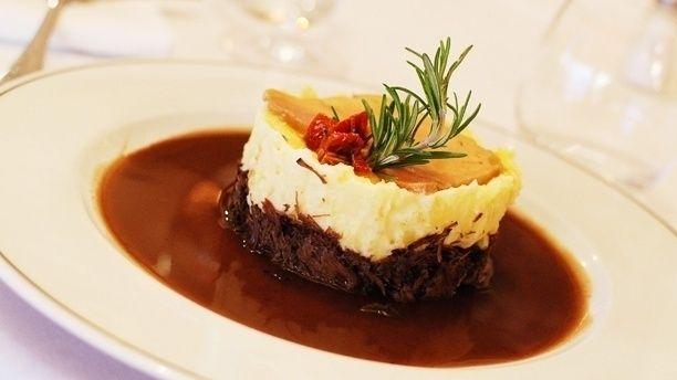 PARMENTIER DE JOUE DE BOUEF (Pour 6 P : 2 joues de bœuf (900 g), 2 oignons, 3 échalotes, 2 carottes, 1 branche de céleri, 3 gousses d'ail, 50 cl de votre vin rouge, 1 L de fond de veau, 1 c à s de concentré de tomate, gros sel, 1 c à s de poivre blanc en grains, 1 bouquet garni, persil) (GARNITURE : 4 oignons rouge émincés finement, 5 cl de grenadine) (PUREE : 8 grosses pommes de terre, 50 g de beurre, 20 cl de lait entier)