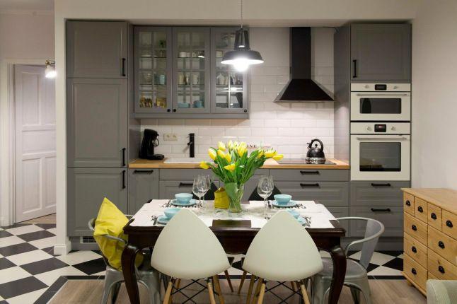 Polish apartment: De la couleur, des rayures, des briques