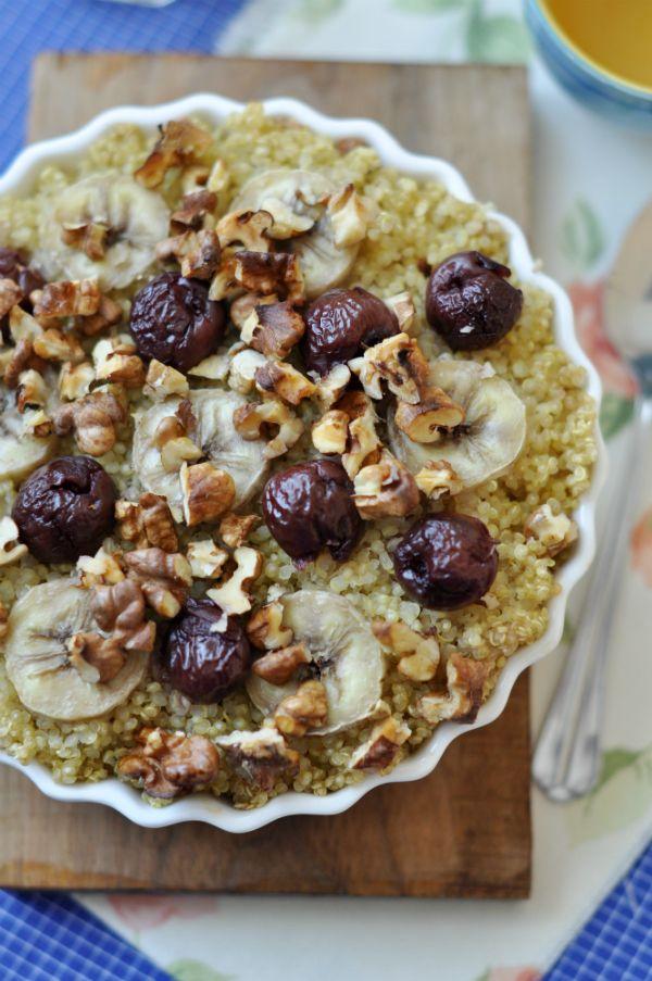 Forró quinoa reggeli banánnal és meggyel - gluténmentes