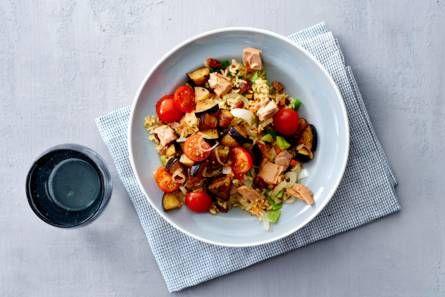 Pilav van zilvervliesrijst met tonijn, tomaat en aubergine - Recept - Allerhande