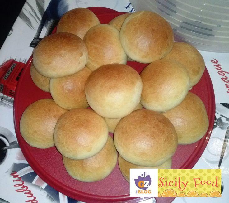 Vi presento la ricetta di questi golosissimi paninetti alla panna che si possono accompagnare con nutella, marmellata o addirittura con salame, provola e c