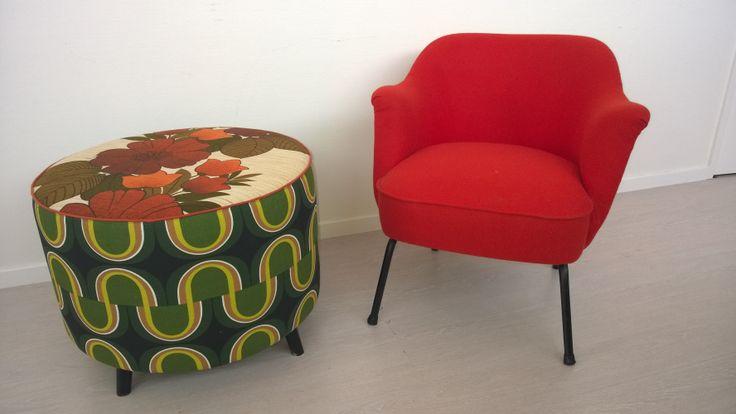 Twee beauties,sixtys stoeltje bekleed met rood vilt van de Ploeg Ronde grote poef bekleed met vintage meubelstof.