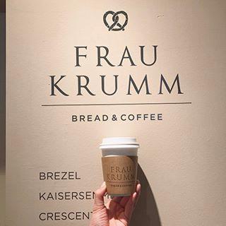 """恵比寿にある""""FRAU KRUMM BREAD&COFFEE (フラウクルム ブレッド&コーヒー)。 プロテニスプレーヤーの伊達公子さんプロデュースのベーカリーです。「クルム ブレンド」のコーヒーもおすすめです。 .  #FRAUKRUMM #フラウクルム #BREAD #COFFEE #bakery #ebisu #恵比寿 #ドイツパン #cheeekme .  東京都渋谷区恵比寿1-16-20 03-6721-6822"""