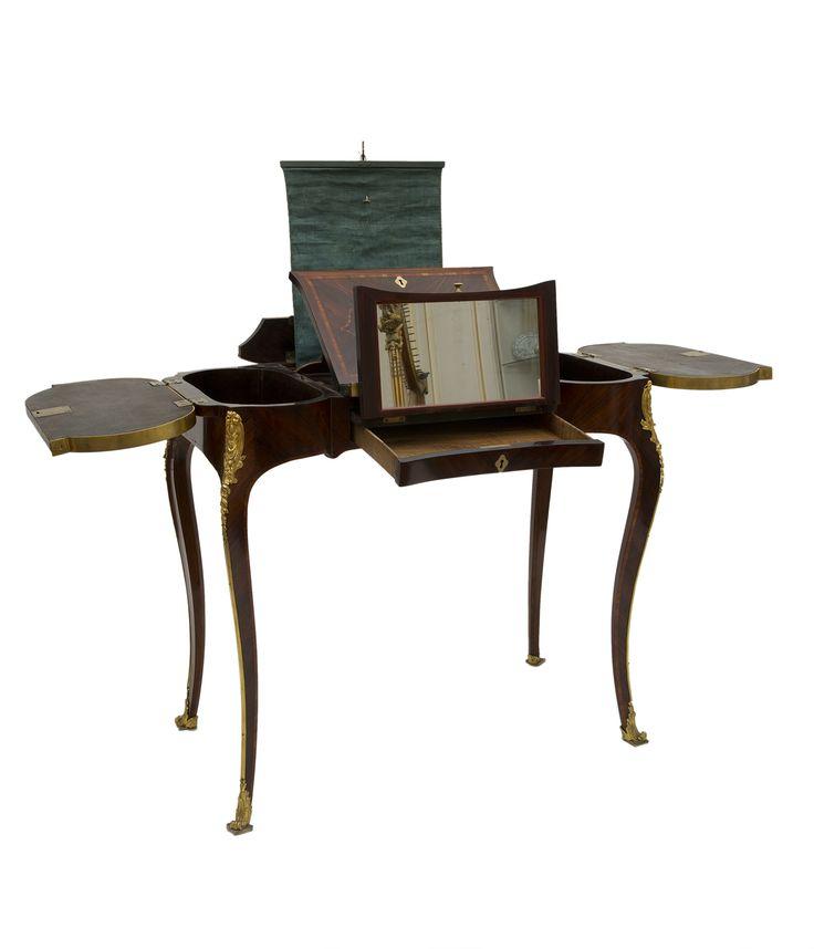 Table Liseuse attribuée à Pierre IV Migeon, vers 1750 (Inv. 2006.1.1) Cette table liseuse non estampillée est attribuée à Pierre IV Migeon (1696-1758), célèbre représentant d'une grande dynastie d'ébénistes parisiens. En effet, sa forme, dite rognon parce qu'elle évoque la silhouette d'un rein, le travail des bois de placage en frisage, et surtout le motif des chutes en bronze doré qui protègent les arrêtes des pieds sont caractéristiques de la production de ce dernier.