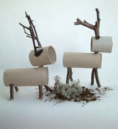 Embaixo da árvore coloque as renas feitas com rolos de papel higiênico