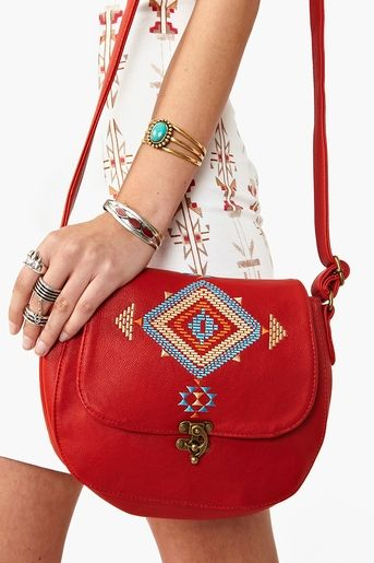 Adore this little bag. So hope i can find it in turquoise or black to add to my current bag collection.