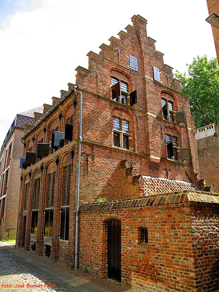 Het Besiendershuis, nieuwgebouwd in de jaren vijftig van de twintigste eeuw, op de plaats van de ruïne die er lag sinds het bombardement van 22 februari 1944.