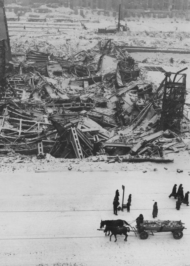 Zdjęcie z 1946 r. Ruiny Dworca Głównego wysadzonego przez Niemców pod koniec okupacji. Nowoczesny dworzec z podziemną halą peronową powstał w latach 1932-39 według projektu architekta Czesława Przybylskiego. W chwili wybuchu wojny nie był jeszcze gotowy (prace opóźnił pożar). Ukończono go prowizorycznie. działał do 1944 r. Niemcy zniszczyli go po Powstaniu Warszawskim. Dziś w tym miejscu znajduje się dworzec Warszawa Śródmieście.