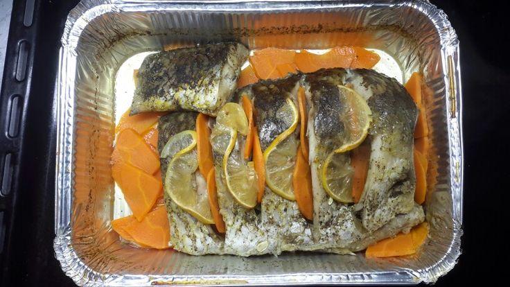 Карп запеченый с морковью и лимоном.