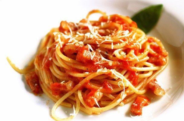 Spaghetti all'Amatriciana - Piatto tipico della cucina regionale del Centro Italia, l'Amatriciana nasce come cibo tradizionale dei pastori dell'Appennino nella zona di Amatrice, vicino a Rieti, da cui prende il nome.